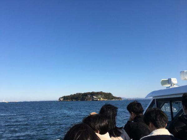 猿島への観光フェリーは約10分
