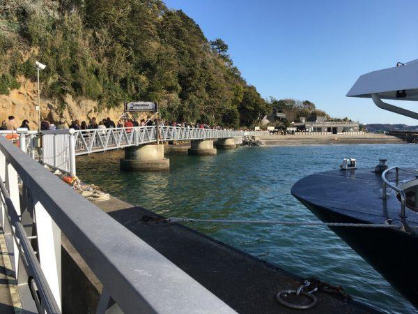 猿島に桟橋を通って入る。そこは無人島。