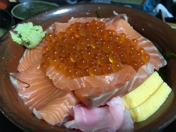 藤沢の海鮮まんぼうまるのサーモンいくらドン