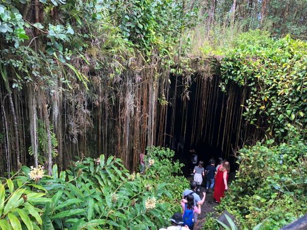 ハワイ島人気現地ツアーの口コミ | カウマナ洞窟に入る