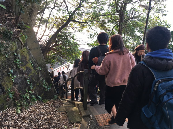 江ノ島岩屋洞窟へは長い下り階段