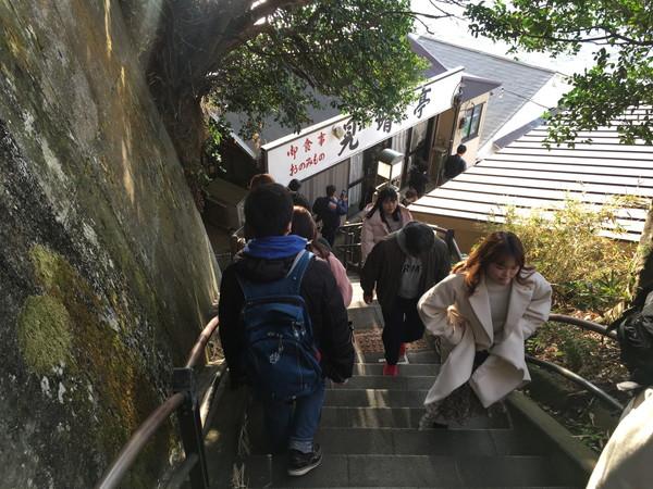 江ノ島岩屋洞窟へは階段を更に下る