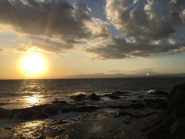 江ノ島の最奥部の岩場からの夕日