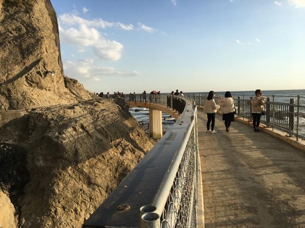 江ノ島の洞窟 岩屋へは海岸線の歩道を進む