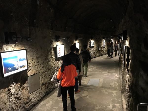 江ノ島岩屋洞窟の入り口付近には江ノ島の歴史についての展示