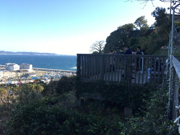 江ノ島岩屋洞窟への道は長いので展望台から海を見つつ進む