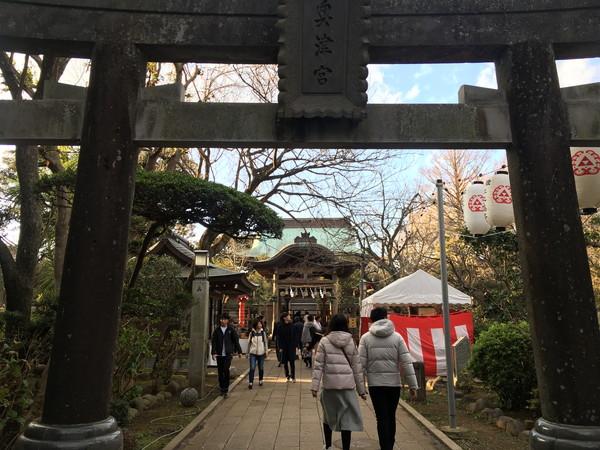 江ノ島岩屋洞窟へのアクセス途中には歴史のある神社